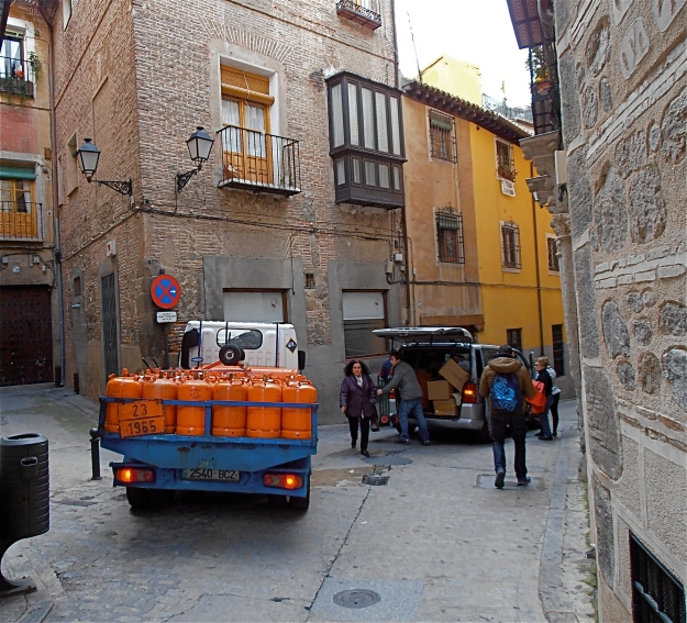 Delivery vehicles clogging up Calle De La Plata (Silver Street)