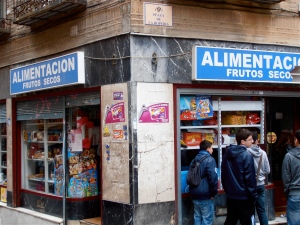 Whatch out! This is the most expensive corner shop in the Western hemisphere. Do not go in there. Ever. Not even for an emergency pack of chewing gum. You'll come out with the shirt ripped off your bleedin' back, missing an arm and a leg. (O un riñon, si eres español.)