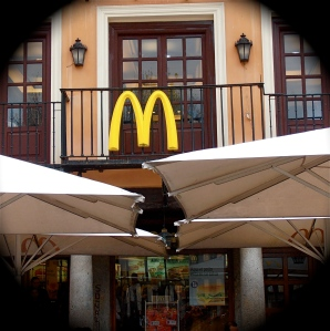 McDonald's is the world's leading fast food chain. As you can see, Toledo's historic town centre has not been spared