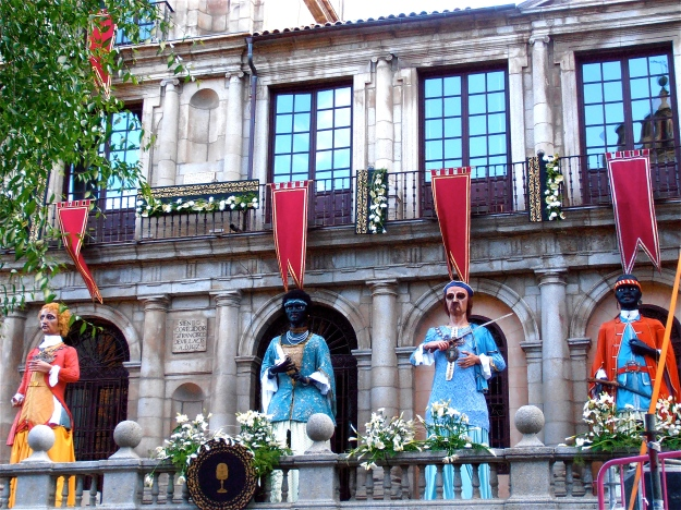 On my way back home, I took a picture of these enormous dolls (about 5m in height), which are paraded through town every year at the start of the Corpus Cristi celebration week. After their outing, they remain in front of the Town Hall  for the rest of the week, overseeing the proceedings