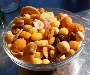 A typical snack offering in Spain, served automatically whenever you order a cold drink in a bar, cafe or restaurant. Contains an assortment of salted peanuts, fried broad beans, maize kernels, chick peas (garbanzo beans), raisins, crackers, etc.