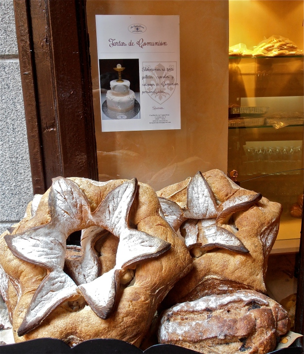 I've posted these bread flowers before, so feel free to ignore them, but look at the advertisement behind: Communion cake! I never one of those, and I'd be sure to remember, believe me... I'd have traded that in for a stupid white dress any day!