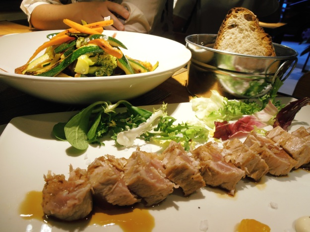 A totally delicious dinner of tuna and stir fried vegetables I had on Saturday with my friend Sara in a new restaurant/bar just five minutes from my house. I can't wait to have this again :)