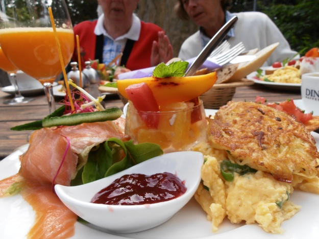 OK... technically, this was Monday's breakfast with my mum and aunt in a lovely restaurant. It's just that this morning's bread and cheese affair wasn't very exciting ;-)